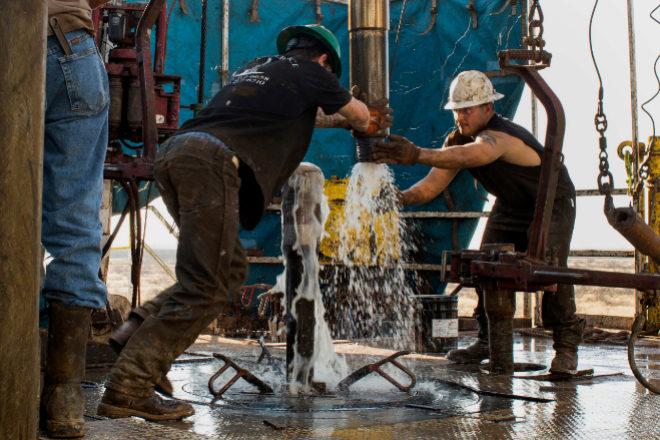 Valores para ganar con el alza del petróleo sin mancharse las manos