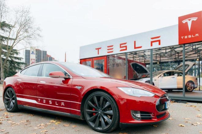 Tesla, enseña valorada en 36.270 millones de dólares según el BGBde Interbrand, declaró unos ingresos netos de 1.142 millones de dólares en el segundo trimestre del año, un 998% más que en el mismo periodo del año anterior.