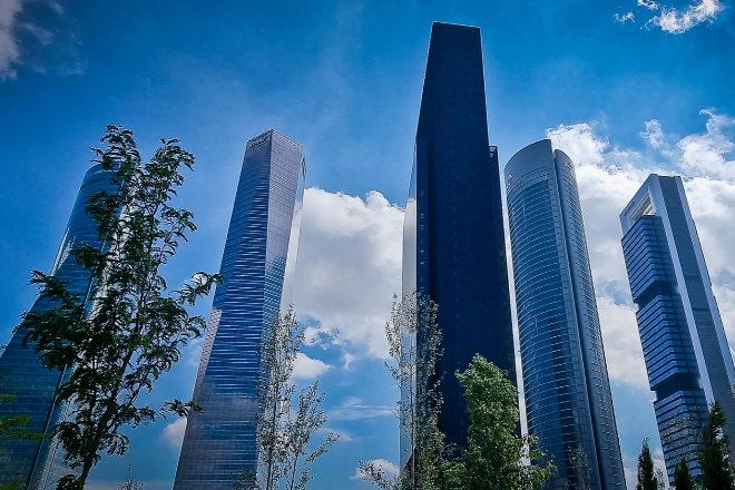 La IETower se encuentra ubicada en el Paseo de la Castellana 259, donde el precio por metro cuadrado en venta se sitúa en el entorno de los 3.500 euros. En alquiler, la horquilla de precios en los pisos tipo de unos 60 metros cuadrados analizados por el equipo de CBRE, se sitúa entre los 13 o 14,40 metros cuadrado al mes. Con algunos edificios rehabilitados en 'coliving', la opción más 'premium' de alquiler es el BTR de Skyline. Junto a la sede institucional de María de Molina, los precios de compra superan los 5.300 euros el metro cuadrado y la renta mensual, entre 15 y 19,4 euros/mes. Como alternativa en residencia de estudiantes se encuentra Resa Claudio Coello o HUBR Ramón de la Cruz, con un precio mensual en el entorno de los 1.300 euros. Próxima a la IE Tower está la residencia MiCampus.
