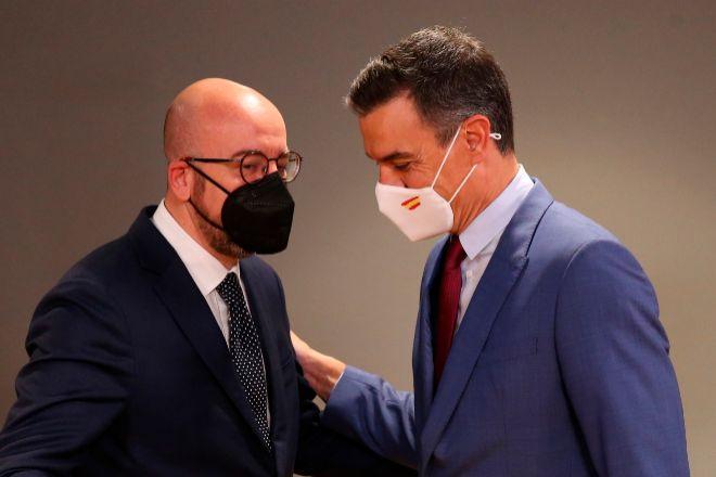 El presidente del Consejo Europeo, Charles Michel, junto al presidente del Gobierno, Pedro Sánchez, ayer en Bruselas.