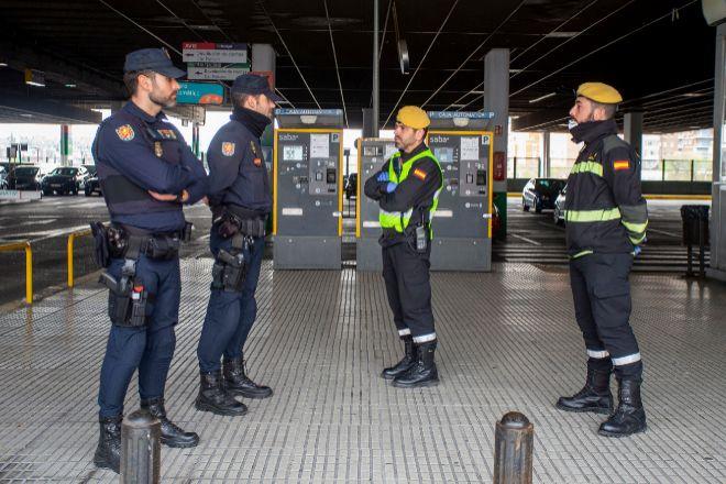 Miembros de la Policía Nacional y de la Guardia Civil durante el estado de alarma en la estación de Chamartín.