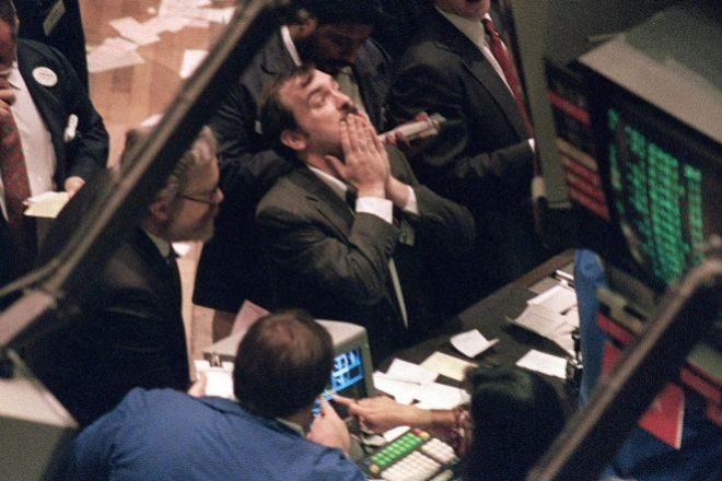 Operadores de la Bolsa de Nueva York, en un momento de tensión el 19 de octubre de 1987.