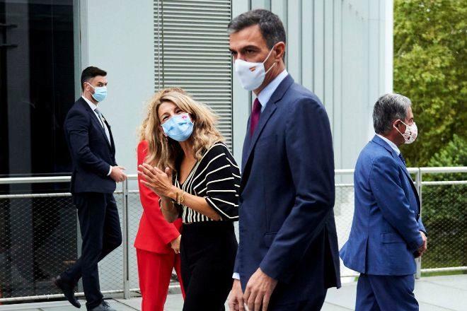 La vicepresidenta segunda del Gobierno y ministra de Trabajo, Yolanda Díaz, junto al presidente del Gobierno, Pedro Sánchez, el pasado 27 de septiembre en Santander.