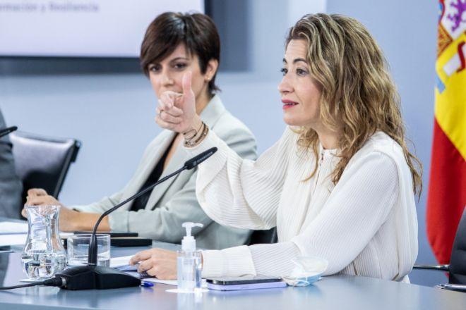 La ministra de Movilidad, Transportes y Agenda Urbana, Raquel Sánchez, en primer plano, y la ministra portavoz, Isabel Rodríguez, ayer.