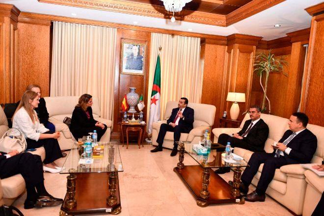 La ministra de Transición Energética, Teresa Ribera, conversaba ayer con el ministro argelino de Energía, Mohamed Arkab.