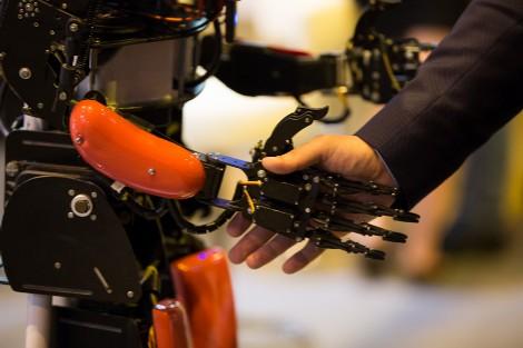Robot y humano se saludan