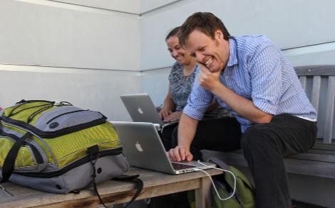 Personas interactuando con sus ordenadores