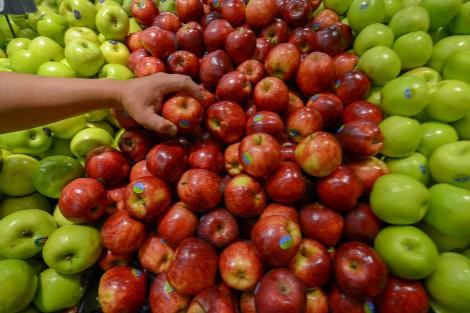 Cliente cogiendo manzanas rojas
