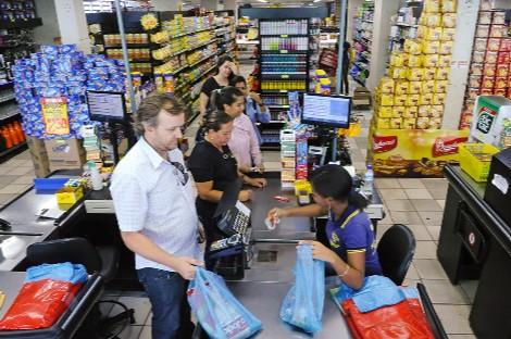 Cola de clientes en supermercado