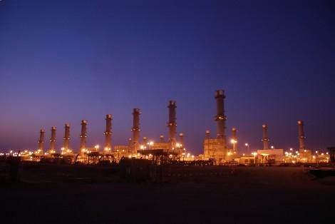 Vista nocturna de la refinería de Rabigh en Arabia Saudita.
