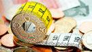 Imagen de un metro de medir sobre billetes