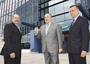 En el centro, Ángel Aguado, ayer en el nuevo centro de Sevilla, junto a dos directivos de El Corte Inglés. Juan Flores/Expansión.