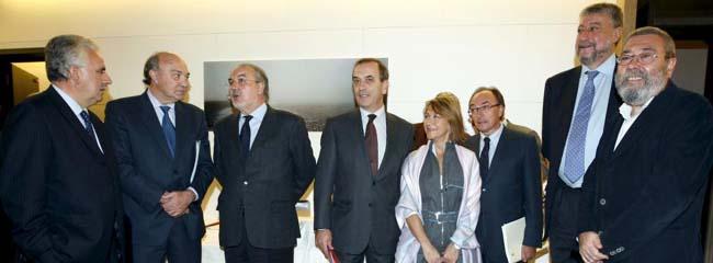 El vicepresidente segundo del Gobierno, Pedro Solbes, con los agentes sociales
