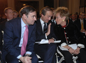 Pedro J. Ramírez con la vicepresidenta del Gobierno, Maria Teresa Fernández de la Vega, en el Foro Economía y Sociedad Abierta