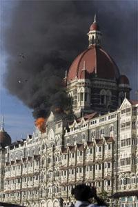 Un incendio devoró ayer el hotel de cinco estrellas Taj Mahal tras sufrir el ataque de un grupo terrorista islámico con granadas y subfusiles