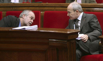 El presidente de la Generalitat, José Montilla (d), y el conseller de Economía i Finances, Antoni Castells, durante el último pleno del año celebrado hoy y en el que se incluyó el debate final de los Presupuestos de la Generalitat para el 2009 en un ambiente de tensión por la negociación de la nueva financiación catalana