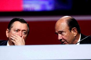 El presidente del Banco Santander , Emilio Botín, junto al consejero delegado del banco, Alfredo Sáez
