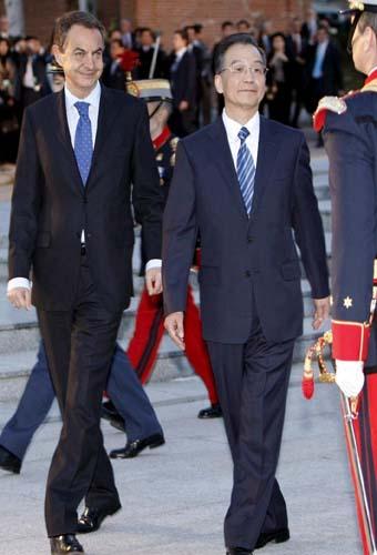El presidente del Gobierno, José Luis Rodríguez Zapatero, recibe en el Palacio de la Moncloa con honores militares al primer ministro chino, Wen Jiabao ( Foto:EFE/Zipi)
