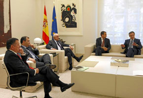 En su encuentro con los banqueros en el mes de octubre, Zapatero despachó la reunión en un entorno más informal y sentado en un sofá