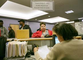 Trabajadores estadounidenses solicitan las prestaciones por desempleo