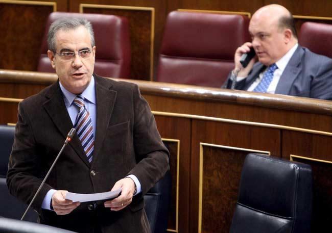 El ministro de Trabajo e Inmigración, Celestino Corbacho , durante su intervención en la sesión de control al Ejecutivo, hoy en el Congreso