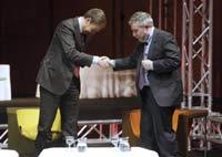 """El presidente del Gobierno, José Luis Rodríguez Zapatero, saluda a Paul Krugman , premio Nobel de Economía en 2008, durnate su participación hoy en Madrid en la jornada """"INNOVAE: La innovación como solución"""""""