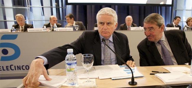 Paolo Vasile y Alejandro Echevarría, presidente y consejero delegados de Telecinco, respectivamente, durante la reunión de la Junta General de Accionistas celebrada hoy en Madrid.  EFE