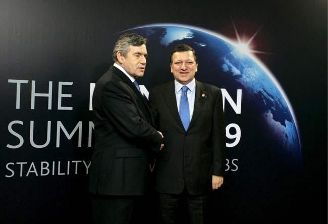 El presidente de la Comisión Europea, José Manuel Durao Barroso, estrecha la mano del primer ministro británico Gordon Brown, durante su llegada al recinto ferial Excel, una zona junto al río Támesis en el este de Londres (Reino Unido), donde se reúnen los líderes para asistir a la cumbre del G20 , que se inicia hoy, jueves 02 de abril