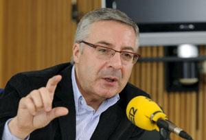 El ministro de Fomento, José Blanco , durante la entrevista que concedió hoy a la Cadena Ser. EFE