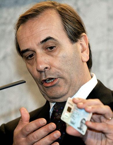 José Antonio Alonso, ministro del Interior en 2006, muestra el DNI electrónico durante el acto de puesta en marcha del sistema de certificación del documento el 16 de febrero de 2006 en el Centro de Procesos de Datos de la Dirección General de la Policía, en San Lorenzo de El Escorial. EFE/Sergio Barrenechea