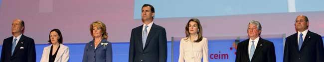 Los Príncipes de Asturias, junto a la presidenta de la Comunidad de Madrid, Esperanza Aguirre, el presidente de la Confederación Empresarial de Madrid (CEIM), Arturo Fernández, y el de la CEOE, Gerardo Díaz Ferrán, durante el acto de inauguración de la Asamblea General de la CEIM