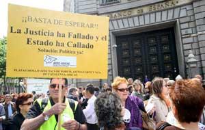 Afectados del caso Fórum Filatélico, Afinsa y Arte y Naturaleza concentrados delante del Banco de España en Barcelona