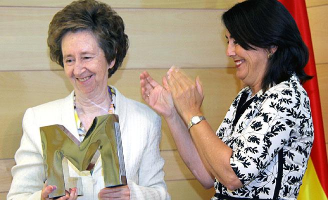 La investigadora recoge el premio en manos de María del Pino, presindenta de la Fundación Rafael del Pino, este martes 2 de junio en Madrid.