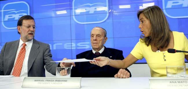 El presidente del Partido Popular, Mariano Rajoy (i), acompañado del presidente Fundador del partido, Manuel Fraga y la vicesecretaria de Organización, Ana Mato, durante la reunión de la Junta Directiva Nacional del PP hoy