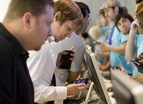 Consumidores estadounidenses adquieren la nueva versión del iPhone en la tienda Apple en Nueva York | Foto: Bloomberg