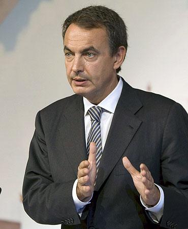 El presidente del Ejecutivo, José Luis Rodríguez Zapatero , durante la rueda de prensa ofrecida hoy tras el Consejo de Ministros celebrado hoy en Palma de Mallorca. EFE/Montserrat Díez