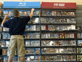 Los discos Blu-Ray (Sony) y HD-DVD (Toshiba) compartieron estanterías pero al final el primero se impuso sobre su rival y ahora Toshiba también fabricará este tipo de reproductores   Foto: Bloomberg