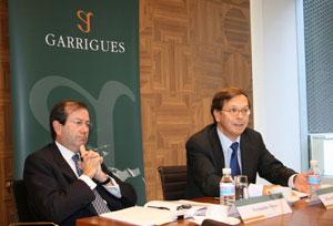Fernando Vives y Ricardo Gómez-Barreda, esta mañana en la sede de Garrigues.