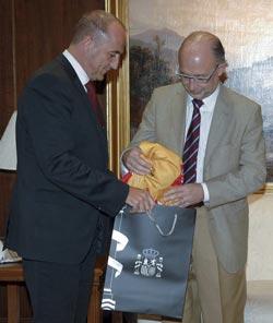 Cristóbal Montoro, portavoz de Economía del PP, recibió del ministro de Industria, Miguel Sebastián, una camiseta promocional del ahorro energético durante la reunión celebrada ayer. / JMCadenas