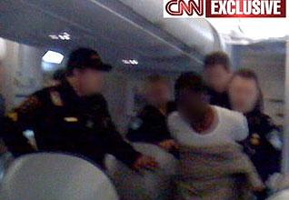 El presunto terrorista es reducido dentro del avión