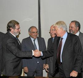 Juan Luis Cebrián, de Prisa, y Paolo Vasile, de Telecinco, en la firma de la fusión, el pasado diciembre