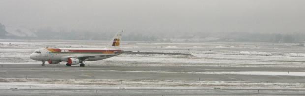 Imagen del aeropuerto de Barajas el pasado 21 de diciembre, cuando la nevada obligó a cerrar temporalmente las instalaciones. EFE