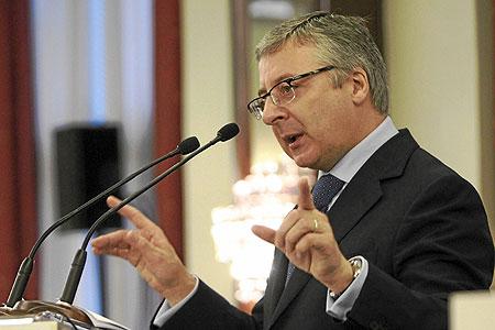 El ministro de Fomento, José Blanco, ayer en el Foro Cinco Días, en la que anunció que durante este primer trimestre del año abordará la negociación para reducir el salario de los controladores aéreos. EFE/Fernando Alvarado