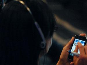 Una mujer accede a Facebook desde su móvil | Foto JMCADENAS