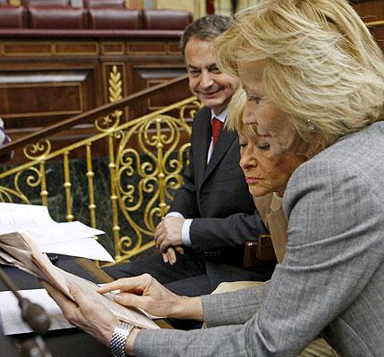 José Luis Rodríguez Zapatero, presidente del Gobierno, observa unos papeles junto a sus vicepresidentas Elena Salgado y María Teresa Fernández de la Vega, al inicio hoy de la sesión de control al Gobierno en el Congreso de los Diputados. EFE/Sergio Barrenechea