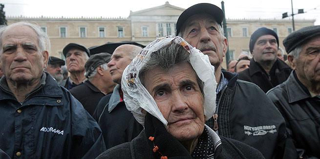 Miles de personas se manifiestan en el centro de Atenas (Grecia), hoy, 10 de febrero de 2010. EFE/Orestis Panagiotou