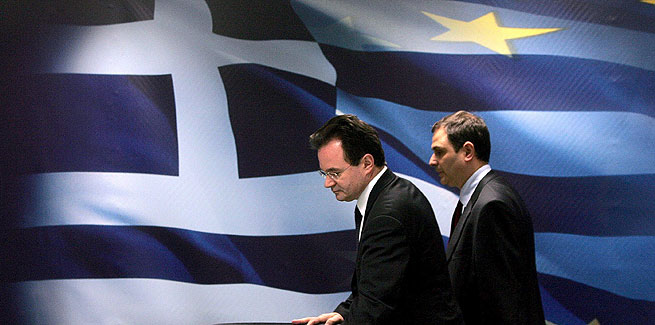 El ministro de Finanzas griego, Giorgos Papaconstantinos, toma asiento antes de presentar las nuevas medidas fiscales durante una rueda de prensa en Atenas, Grecia, este martes 9 de febrero de 2010. EFE/Maria Marogianni