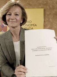La vicepresidenta económica, Elena Salgado, ayer antes de comparecer ante la prensa