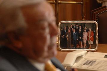 David Alvarez Diez, presidente y fundador de Eulen, con una foto de su familia en segundo plano | Foto JMCADENAS