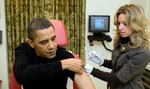 La reforma sanitaria es el proyecto más personal de Barack Obama, presidente de EEUU, que en esta imagen se vacuna contra la gripe